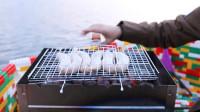 熊孩子用乐高玩具拼成小船,还在船上做烧烤吃!网友:吃货一枚!