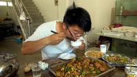 大sao下馆子,点四斤炒鸡要了三头大蒜,锅巴免费吃,太过瘾了
