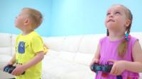 萌娃小可爱们把遥控玩具车开到天花板上去了!—萌娃:哥哥的玩具车可真酷呀!