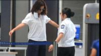 女子海关过安检时,安检员听到裙下有水花声,检查后大家都懵了!