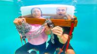 老外挑战水下密室逃脱,成功就可获1万美金,过程惊险异常!