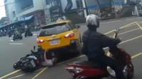 司机撞车后误挂倒车挡 为护伤者钻车底肉身挡车
