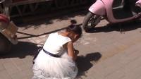 因五岁女童挡路 奥迪女直接下车掌掴被拘12天