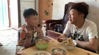农村小伙中午做疙瘩汤,问儿子好吃不好吃,儿子说比饭店的都好吃