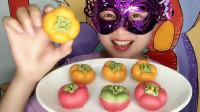 """小姐姐吃""""柿子巧克力"""",创意甜点好逼真,好看又好吃"""