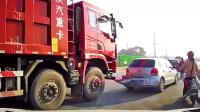 小轿车和大货车擦着走,大货车一个减速,把小轿车后面都弄坏了