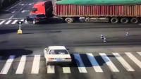 小轿车在路上一定要远离大货车,珍爱生命!远离货车