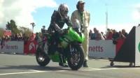 曼岛TT比赛,车手看见对手撞车毅然加速向前,这才是比赛!
