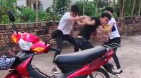 小伙准备去接女朋友,只是摸了一下摩托车,小伙就愤怒了