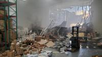 事故频发,一架携带武器和燃料的战机摔了,栽进仓库后引发火灾