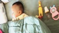 宝宝先睡一旁留空位,宝妈正感动,掀开被子一瞅,瞬间石化