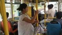 公交上孩子没让座,孕妈竟破口大骂,孩子的回怼强势