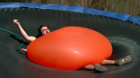 小伙身负1吨重水气球,受不了直接拿针将它扎破,场面一度失控
