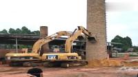两台挖掘机拆烟囱,没想到推一下就倒了,强迫症患者的福音