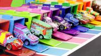 彩色大卡车玩具找到停车位