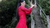 红衣美女一个人在林子里舞得快乐