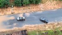 SUV都知道往后退,男子开个轿车还作死往里冲,后悔了吧?