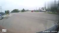 好惊险的大货车侧翻,SUV岌岌可危