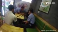 女子手持菜刀欲自杀 警察临危夺刀被割伤