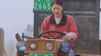 姑娘第一次开拖拉机,不料竟然失控了,这下可撞的不轻!