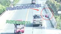 女子骑电动车逆行横穿马路,当面包车驶过来的时候,女子懵逼了!