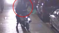 外国游客独自走在伦敦公园遇见8名歹徒抢劫 被撞到在地