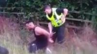 警犬执勤非常聪明 成功找出躲在路边草丛的逃犯