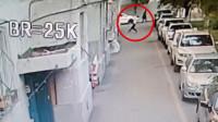 """2岁幼童5楼坠下 新疆小伙伸手""""硬接""""被砸晕"""