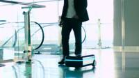像机器人一样的行李箱,可以自动跟随,还配有无线充电技术,高科技