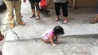 """新疆小伙伸双臂""""硬接""""五楼坠下的2岁小孩被砸晕但孩子奇迹生还"""