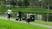 小哥伪装成垃圾袋,人走过时突然站起来,网友:把他塞进垃圾桶