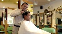 潘长江冒充理发师剪头,先喷啫喱水再剪推吹,顾客是真的惨