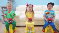 萌娃小可爱们在家里举行了一场有趣的选秀比赛,三位小评委真是萌萌哒!