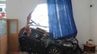 巴西81岁老太驾车闯入室内:因驾驶失误