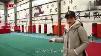 这位29岁的漂亮武术教练当场展示了他的武术,并换了衣服。摄影师忘了避开它。