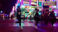 街头舞蹈真是精彩,两人跟着音乐,配合默契!