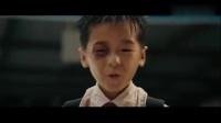 长江七号:小狄把七仔关到垃圾桶里打,打累了顺便吃了口烂香蕉