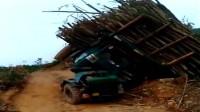 司机的心情怕是要崩溃了,自己都弄不明白怎么翻车的!