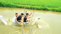 国外熊孩子用胶带制作船,当坐在船上的一刻意外发生了!