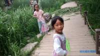宝宝和几个小朋友跑来跑去,不知识捞鱼还是捉蝴蝶,玩的非常开心啊