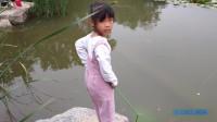 宝宝一边捞鱼,一边喝爸爸聊天,这样的聊天太逗了