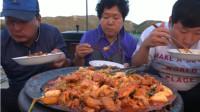 韩国农村家庭的一顿饭,妈妈做的大铁锅炖鸡,胖儿子超能吃!