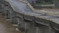 """百辆装甲车验收""""豆腐渣""""大桥,车到之处满是裂纹,民众:赔钱!"""