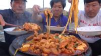 韩国农村家庭的一餐:香辣粉条鸡排,妈妈手艺真好,胖儿子真能吃