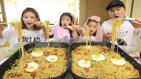 """韩国家庭吃播:销量很高的""""方便面"""",爸爸真能吃,小女儿很可爱"""