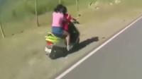 作死妹子找刺激!竟站在摩托车上,下一秒瞬间悲剧!