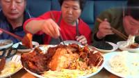 《韩国农村美食》一家人吃饭,凉面拌上卤好的肉,吃着真过瘾!