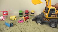 变形小汽车和挖掘机一起挖沙土的故事