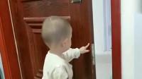 自从被门夹过一次手,现在萌宝都是这样,吃一堑长一智了
