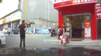"""湖南女子驾车撞碎玻璃门 副驾丈夫绝望5连吼:""""刹车啊!"""""""